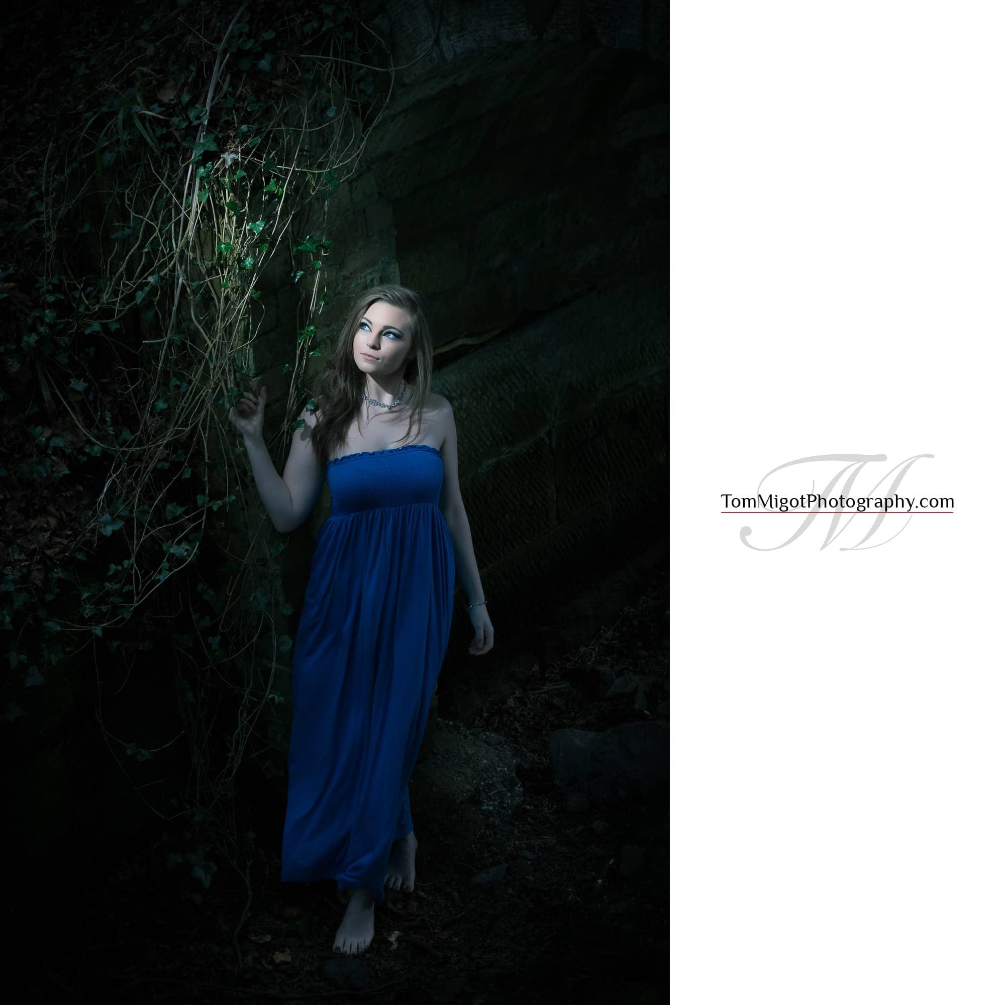 Portrait artistique en forêt d'une jeune manequin écossaise