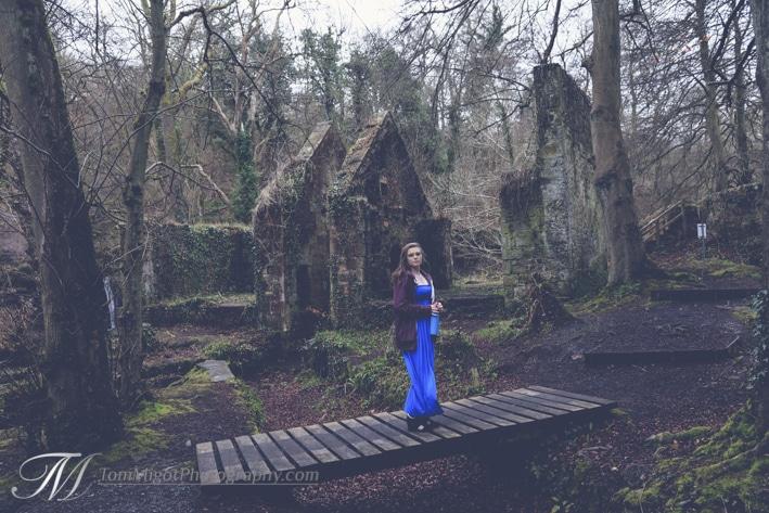 Megan se tien devant un vieux moulin dans Roslyn Glen en Ecosse