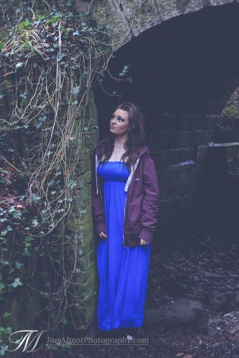 Megan sous un pond en pierre