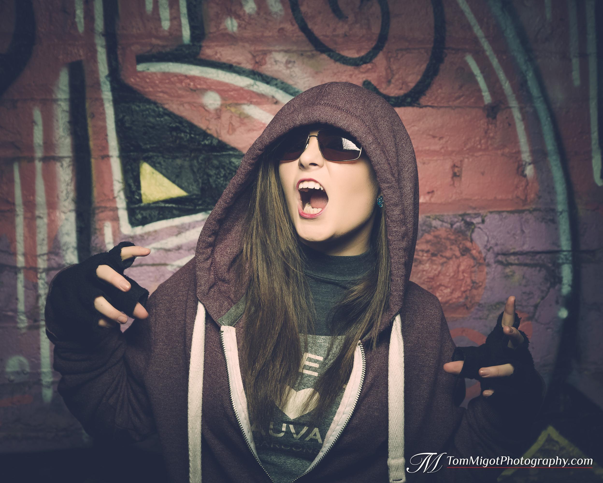 Portrait d'une jeune manequin écossaise dans un sousterrain avec des graffitis