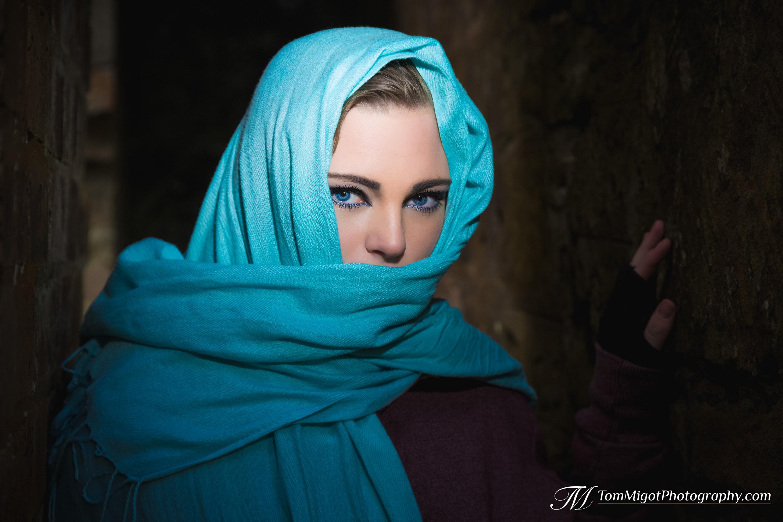 Portrait d'une jeune manequin écossaise portant le voile afin d'accentuer la puissance du regard