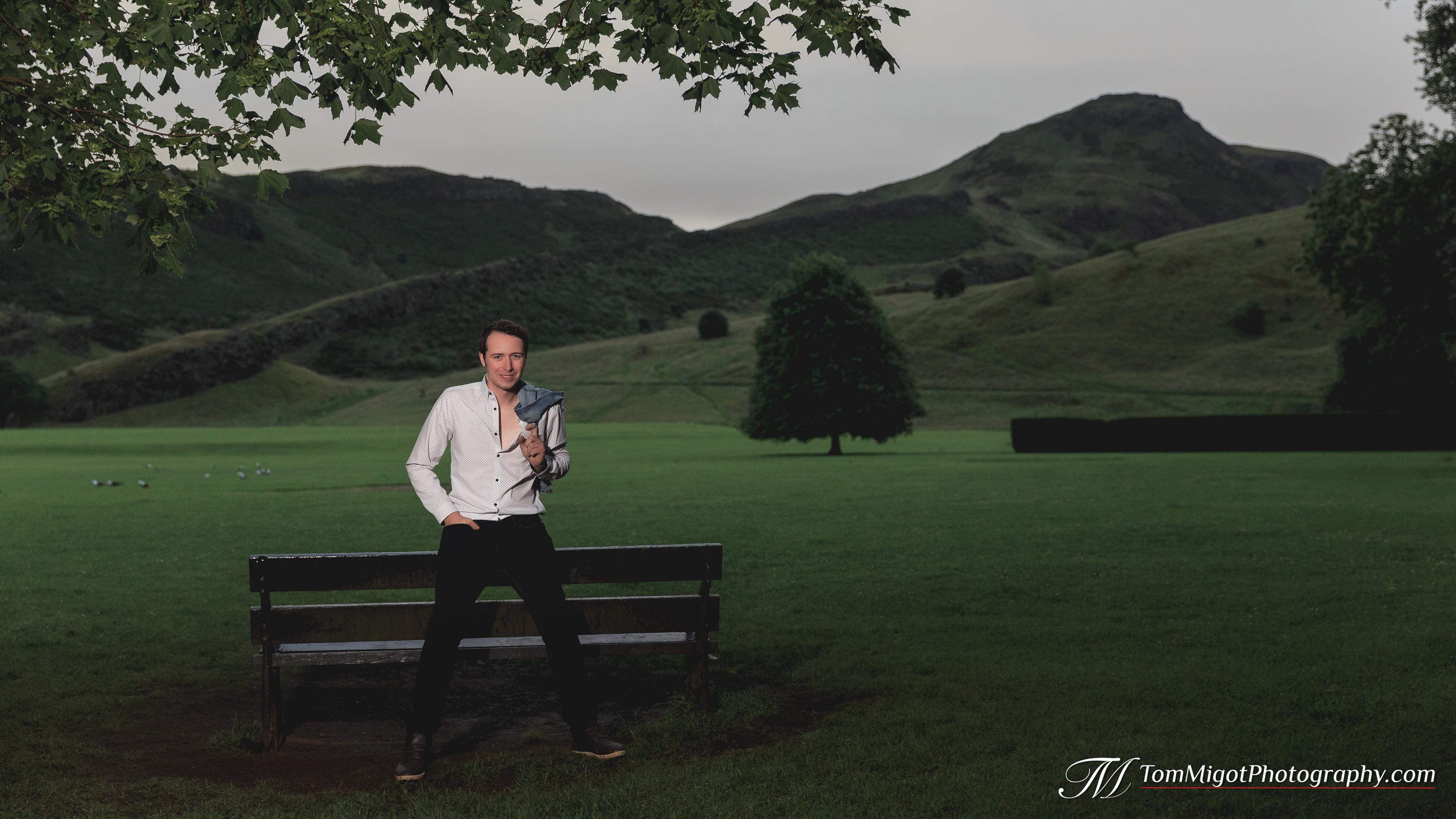 Future marié pose dans le parc Holyrood de Edimbourg en Ecosse pendant un séance photo d'avant mariage