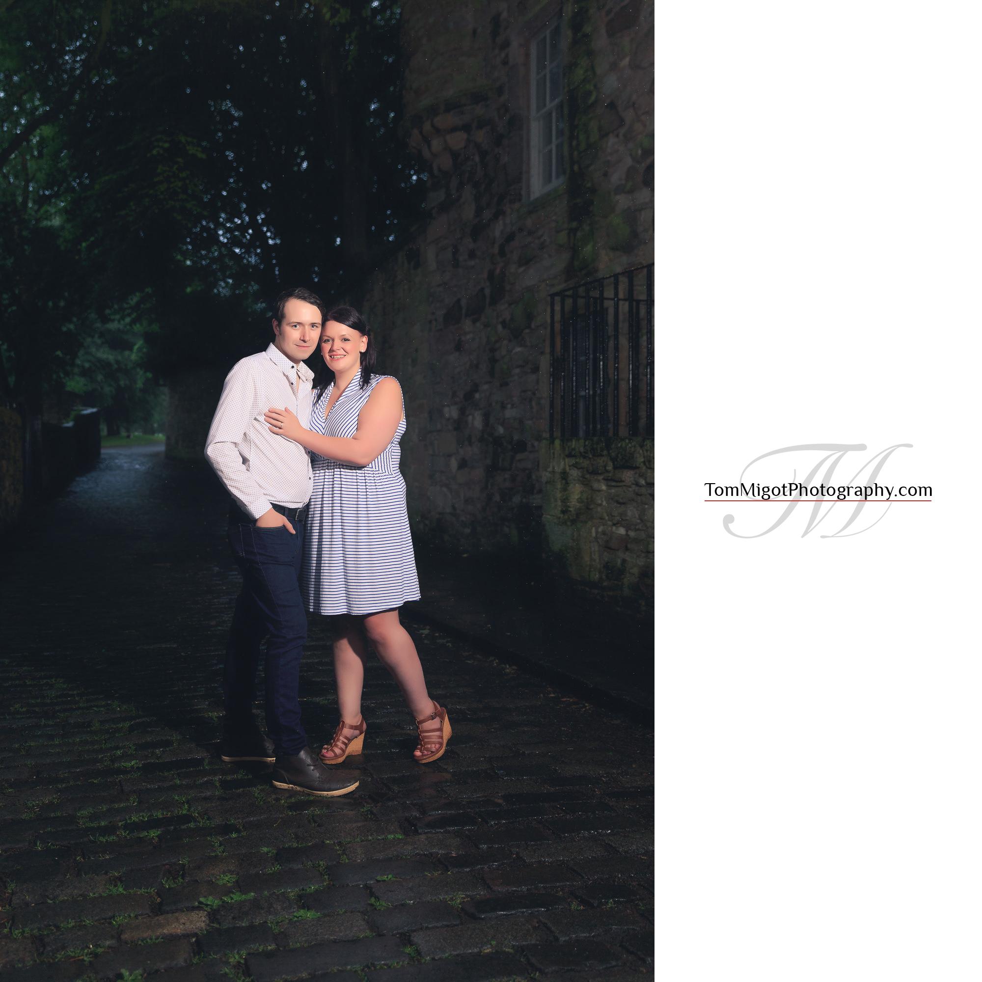 Les futures mariés dans une rue d'Edimbourg pendant leur séance photo d'avant mariage