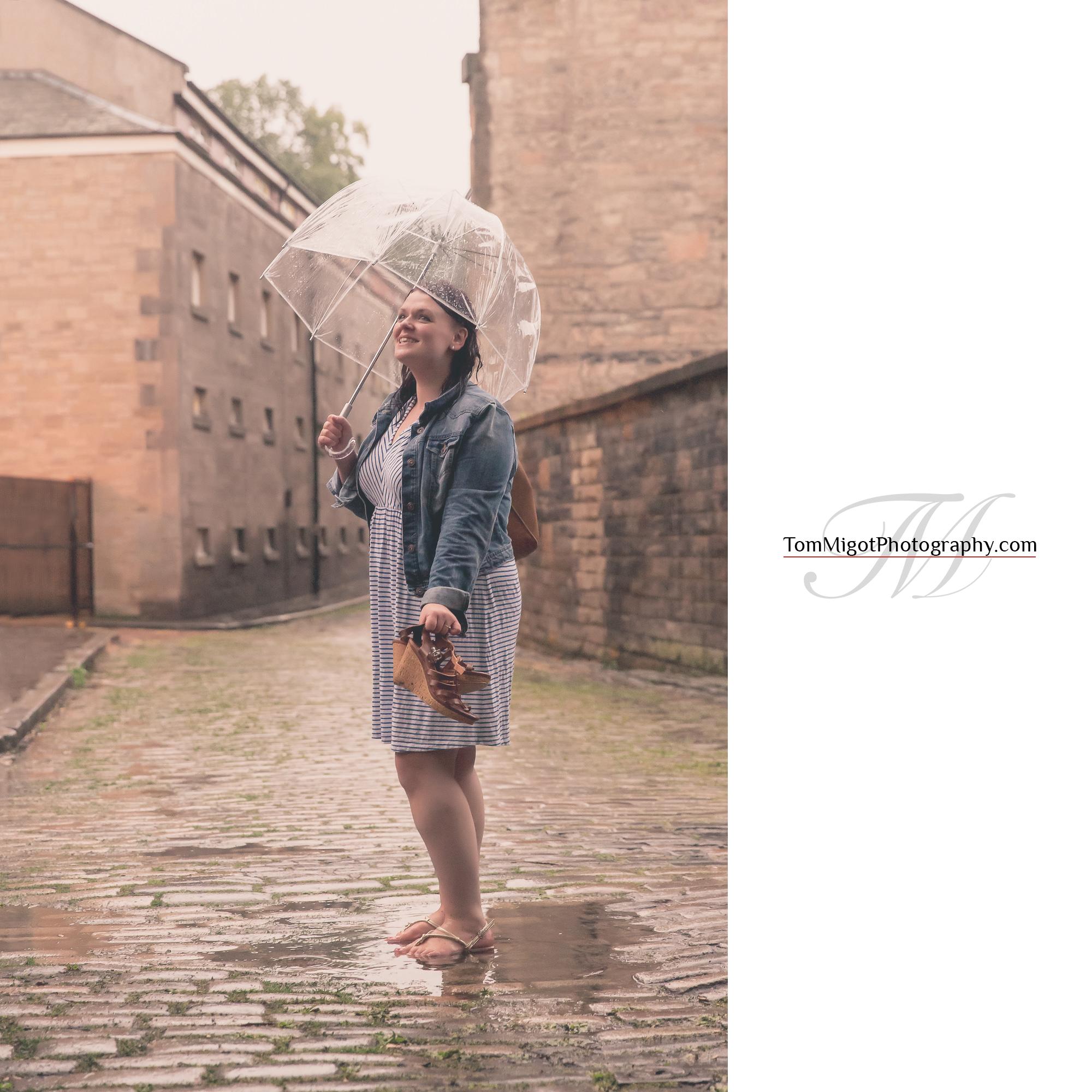 La future mariée sous la pluie pendant une séance photo d'avant mariage