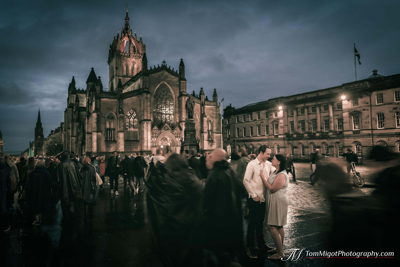 Les futures mariés sous la pluie près de la cathédrale St Giles à Edimbourg pendant une séance photo d'avant mariage