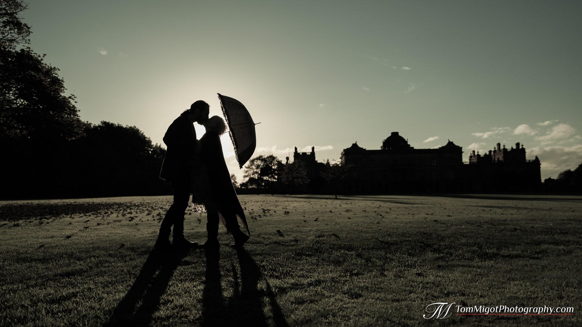 Silhouette des futurs mariés s'embrassant pendant la séance photo d'avant mariage