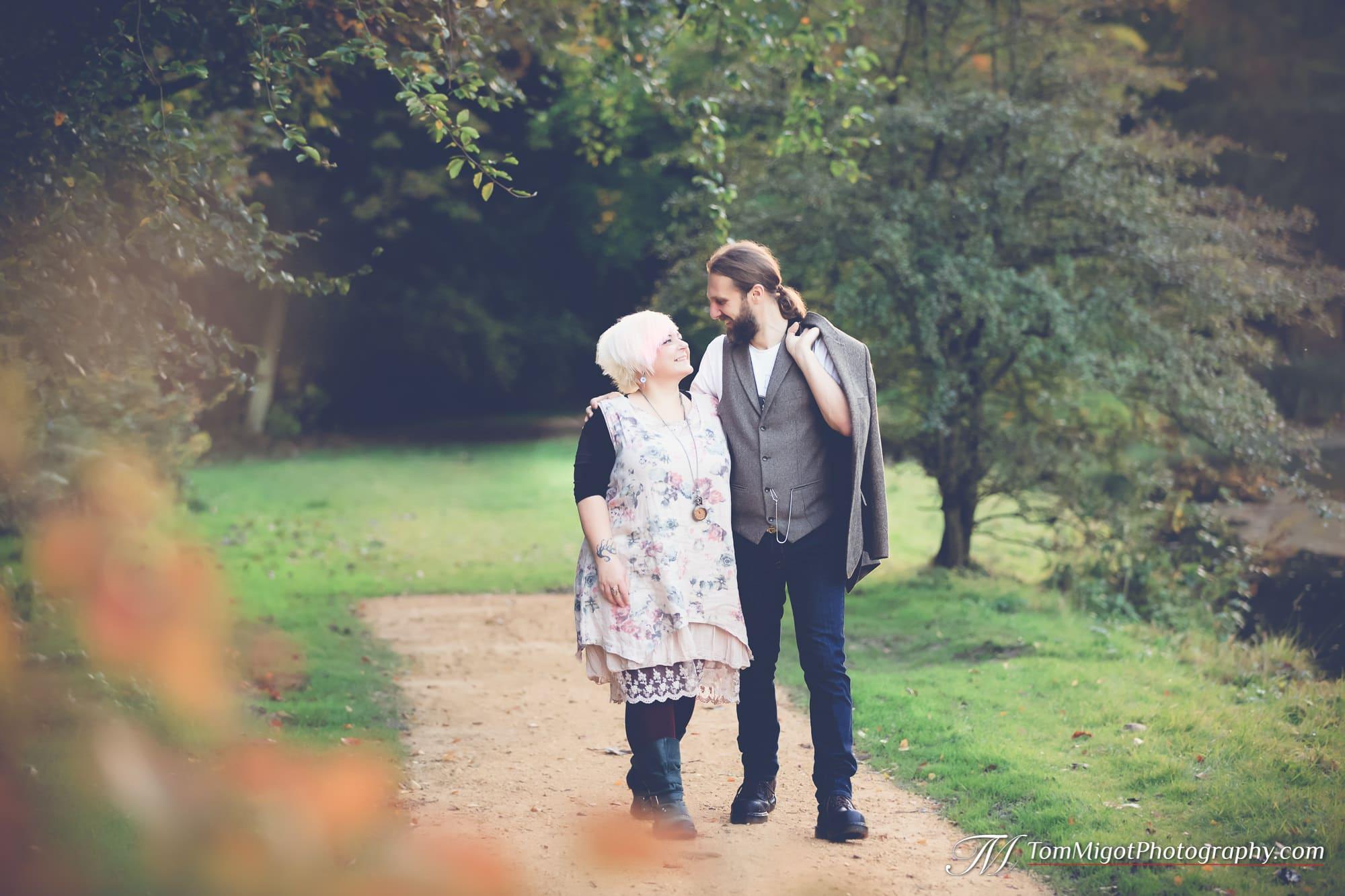 Marche romantique des futurs mariés pendant la séance photo d'avant mariage