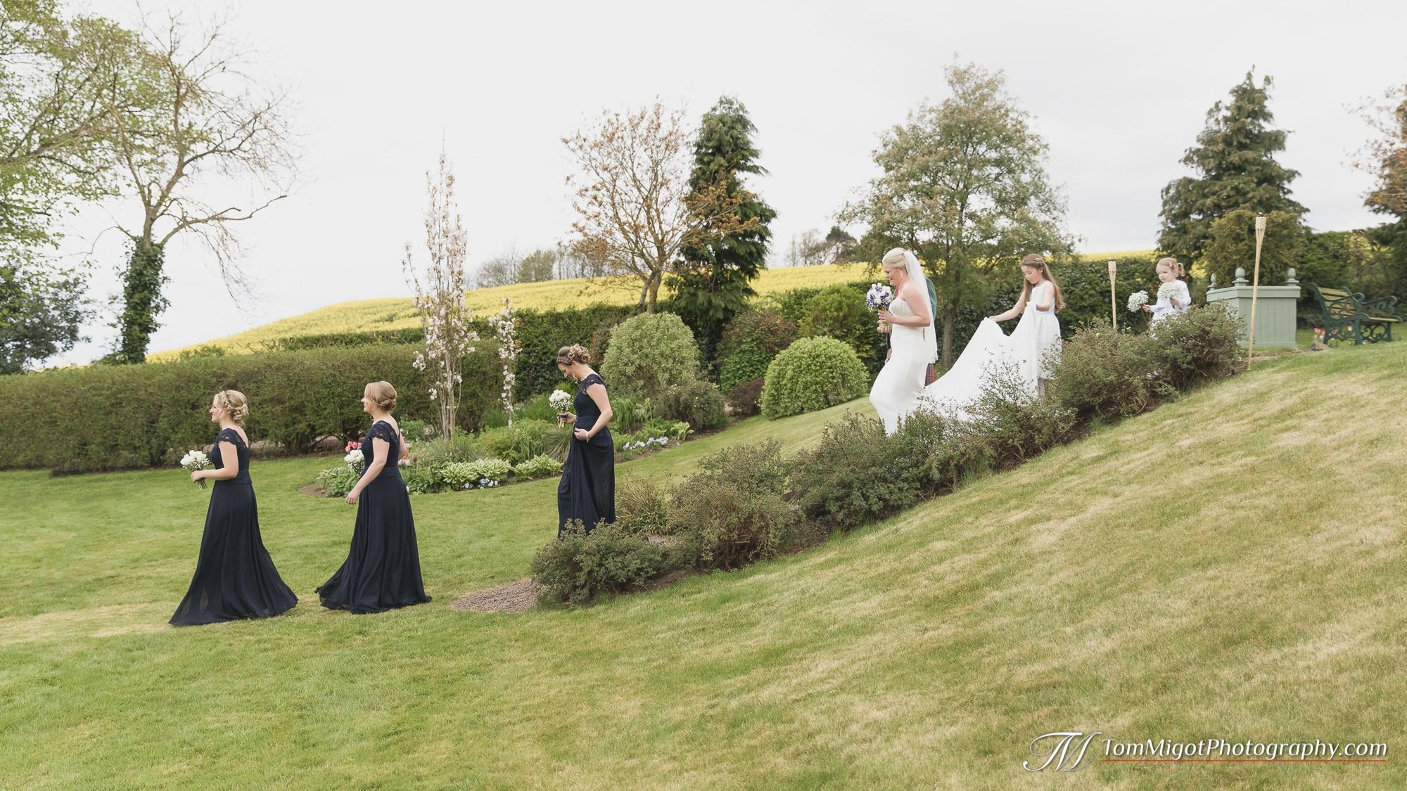 Arrivée de la mariée et de ses demoiselles d'honneur