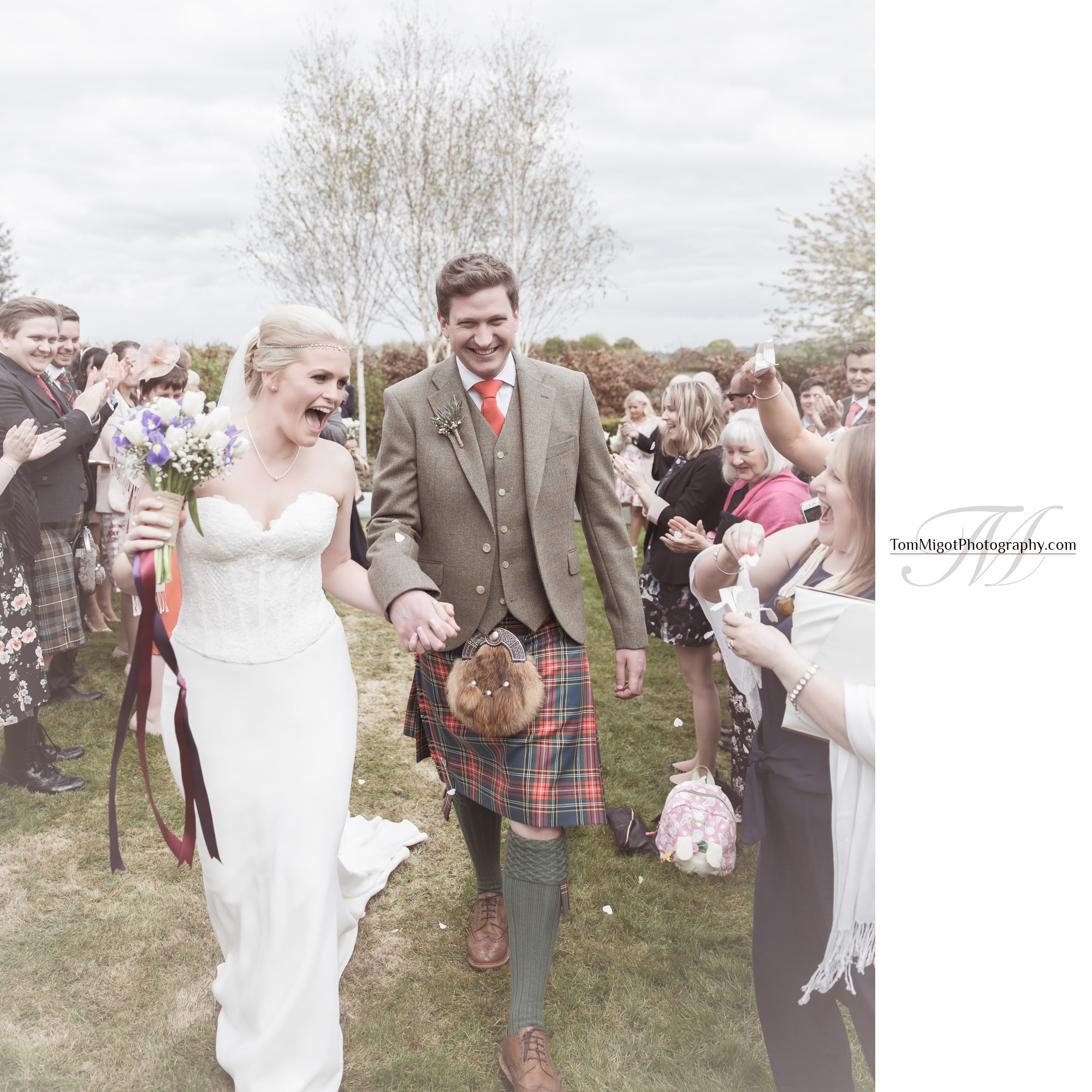 Les mariés quittent la cérémonie