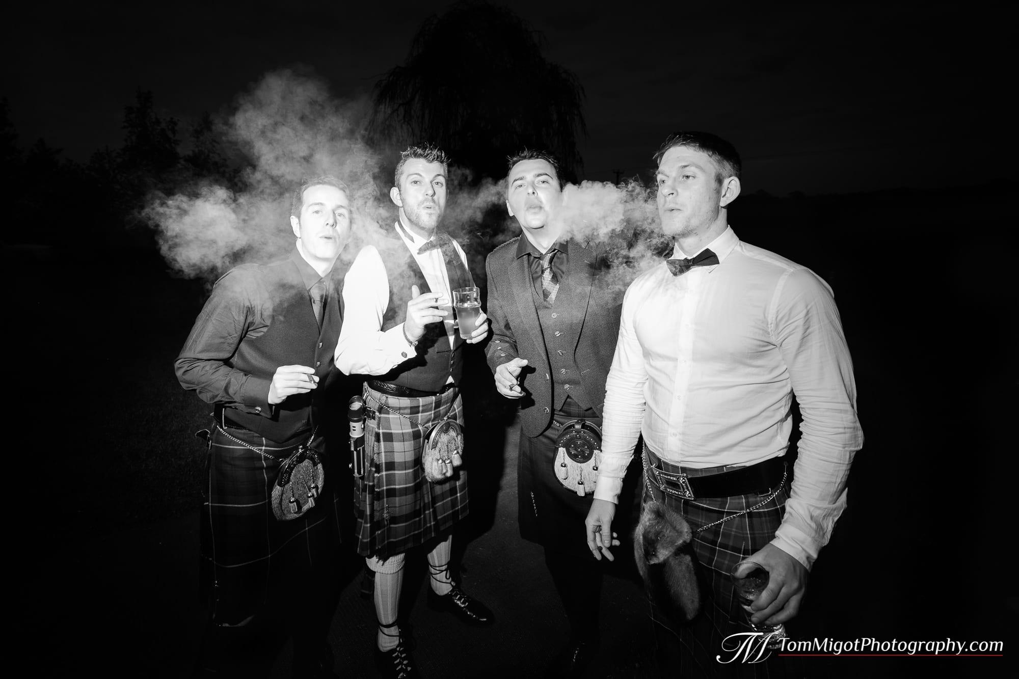 Les gentlemen s'amusent avec un cigar