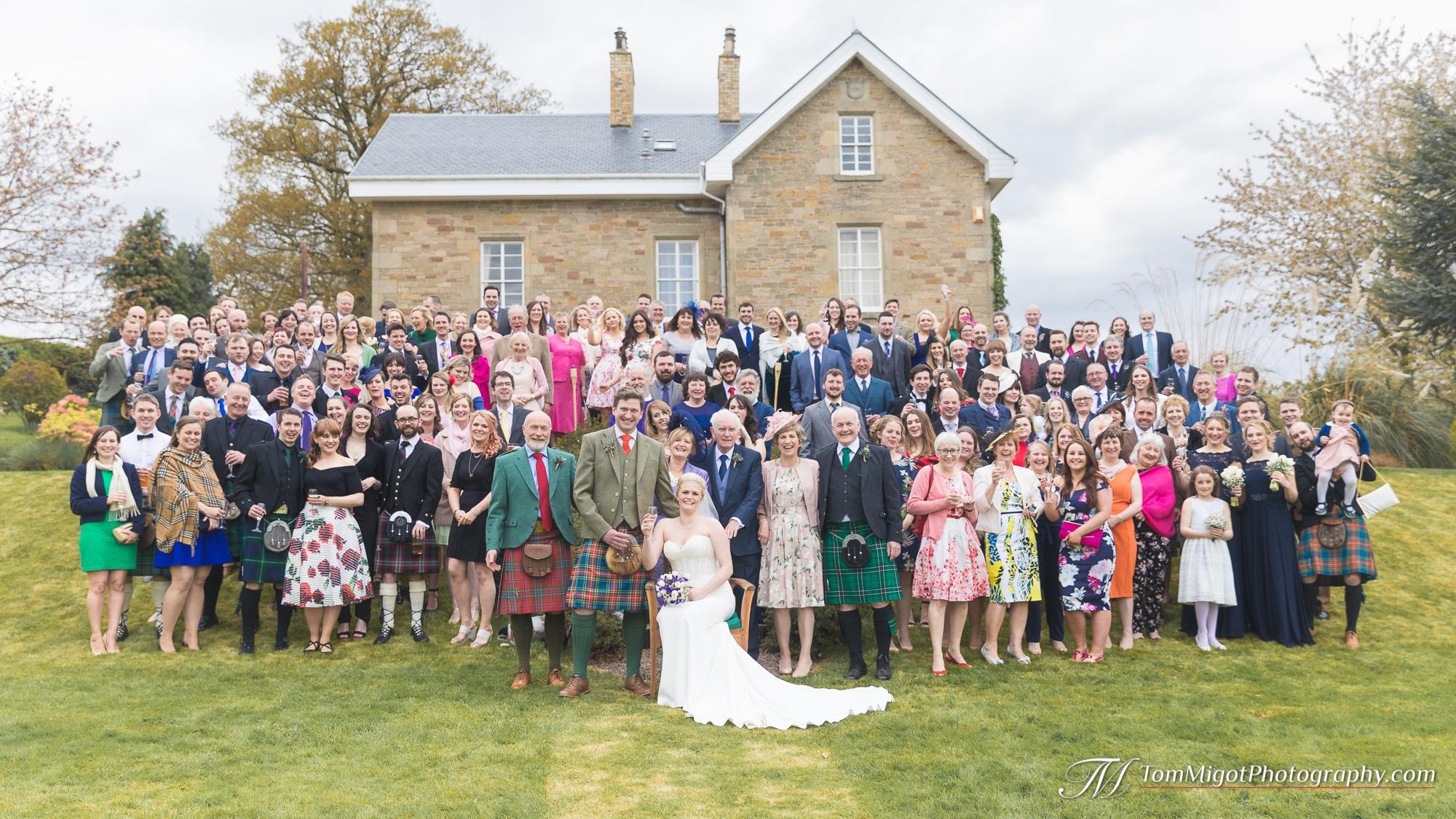 Photo des deux familles aprés la cérémonie de mariage