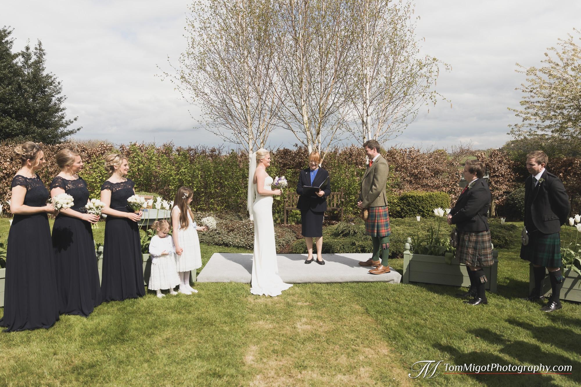La cérémonie de mariage dans le jardin familiale