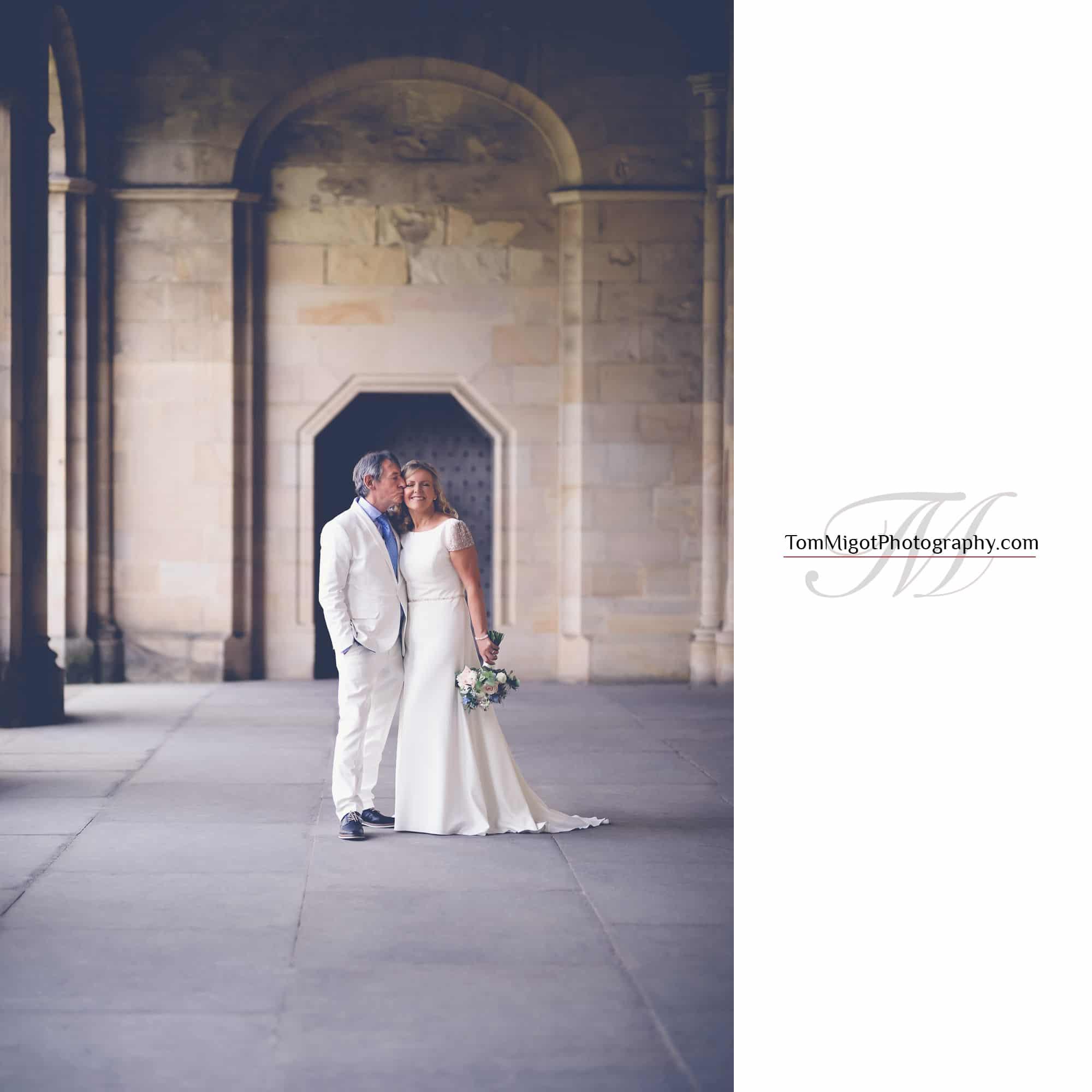 Moment de tendresse entre le marié et la mariée