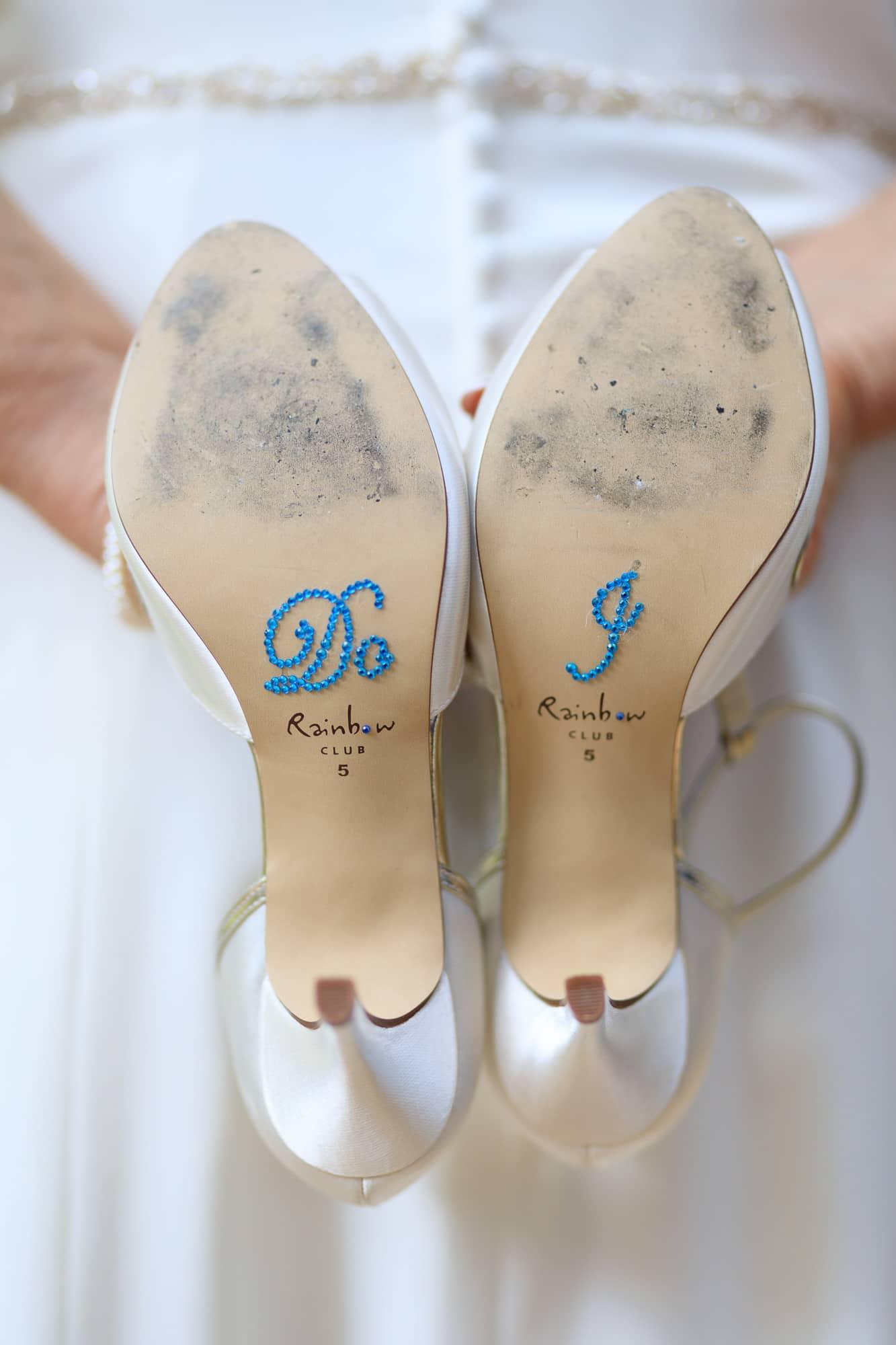 Photo des chaussures de la marié au sortir de l'appareil photo