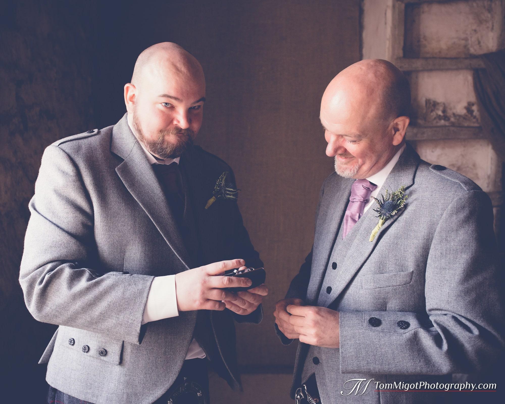 Le marié et son père découvrent le cadeau fait par sa future épouse avant la cérémonie