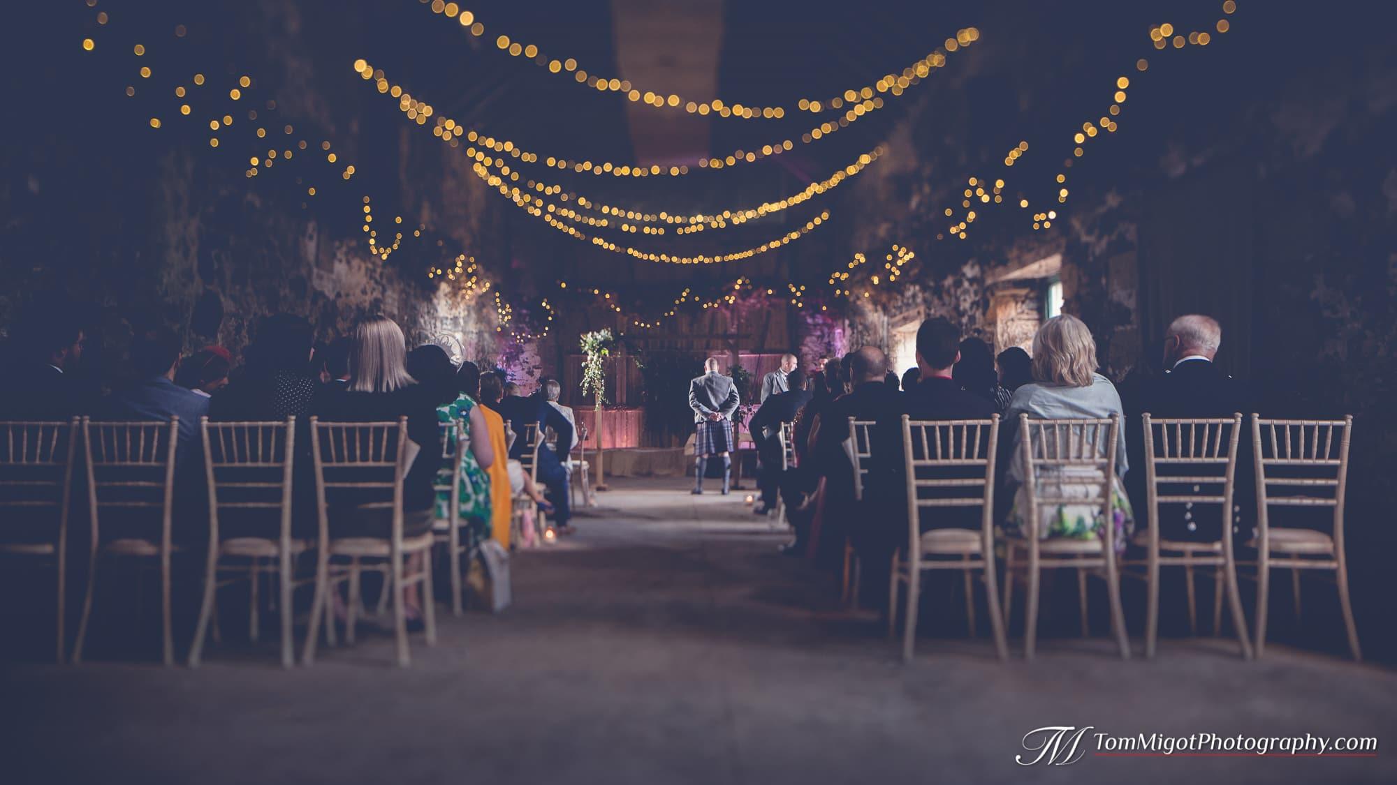 Le marié attend la mariée à la cérémonie