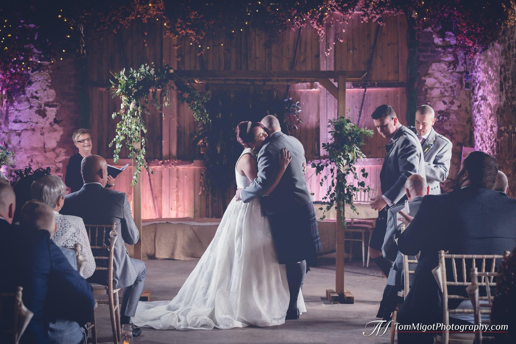 Les mariés pendant la cérémonie