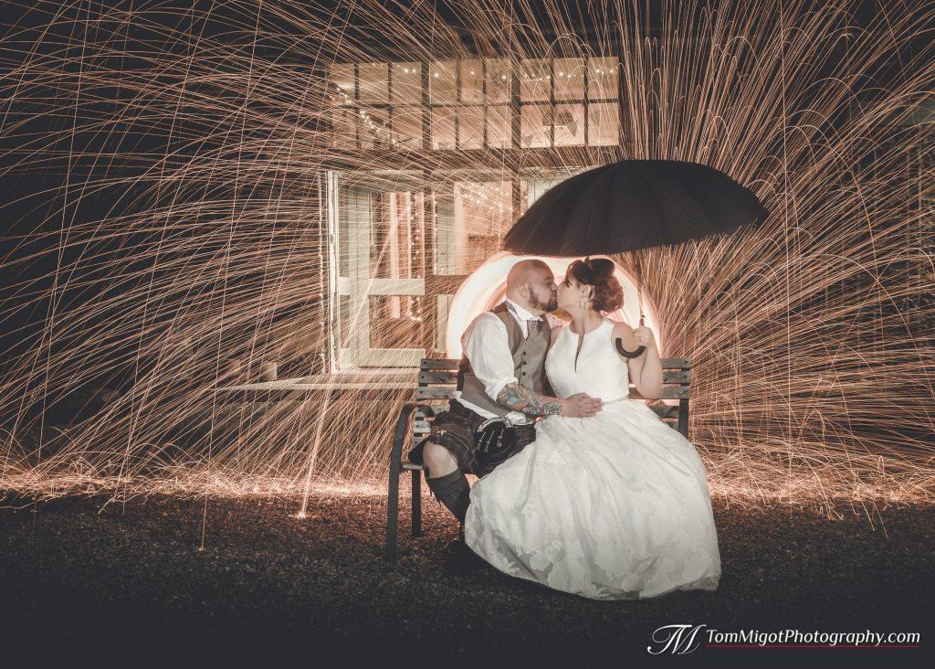 Portrait artistique des mariés avec de la laine de fer en fusion