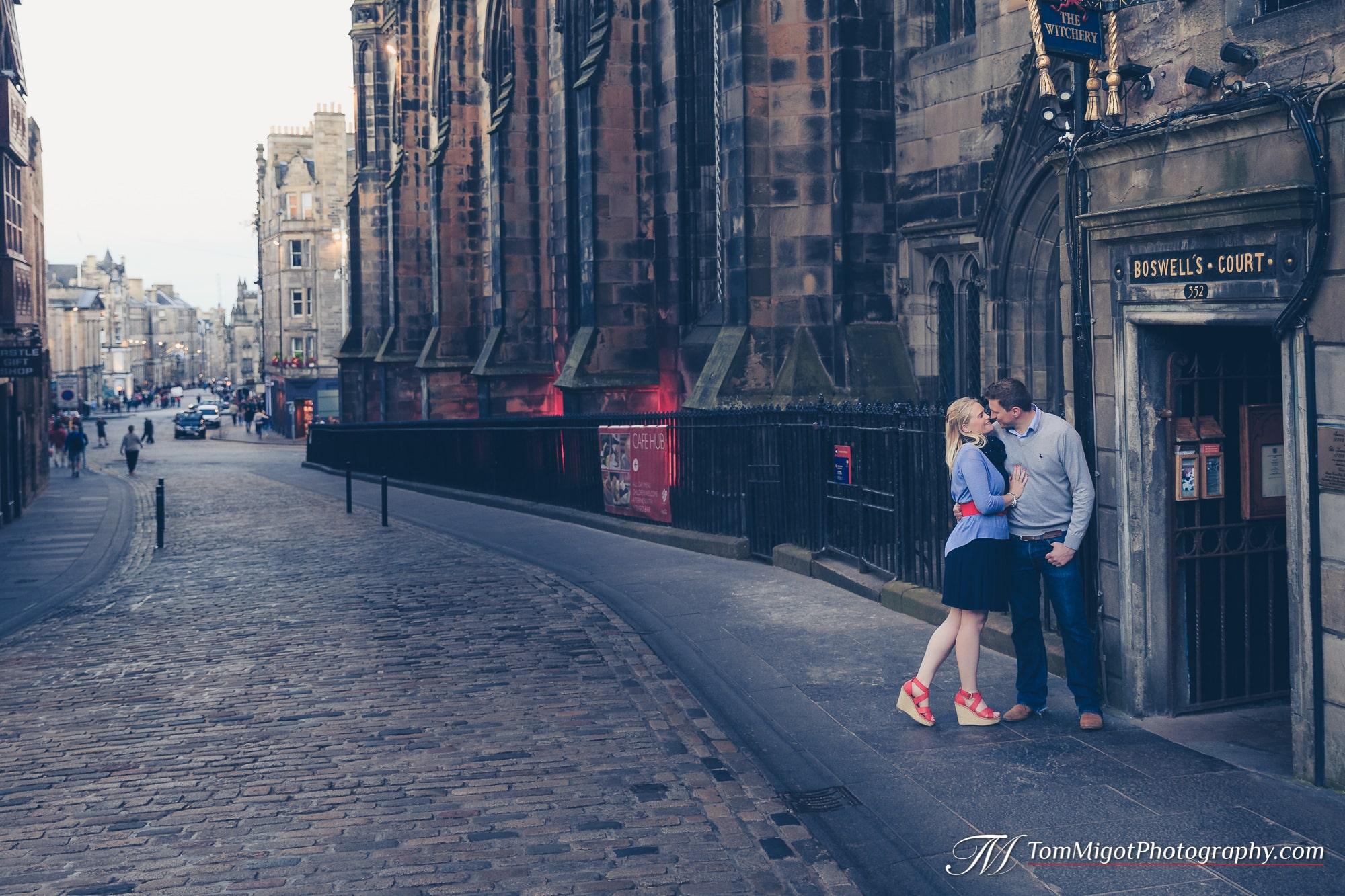 Séance d'avant mariage sur le Royal Mile à Edimbourg en Ecosse