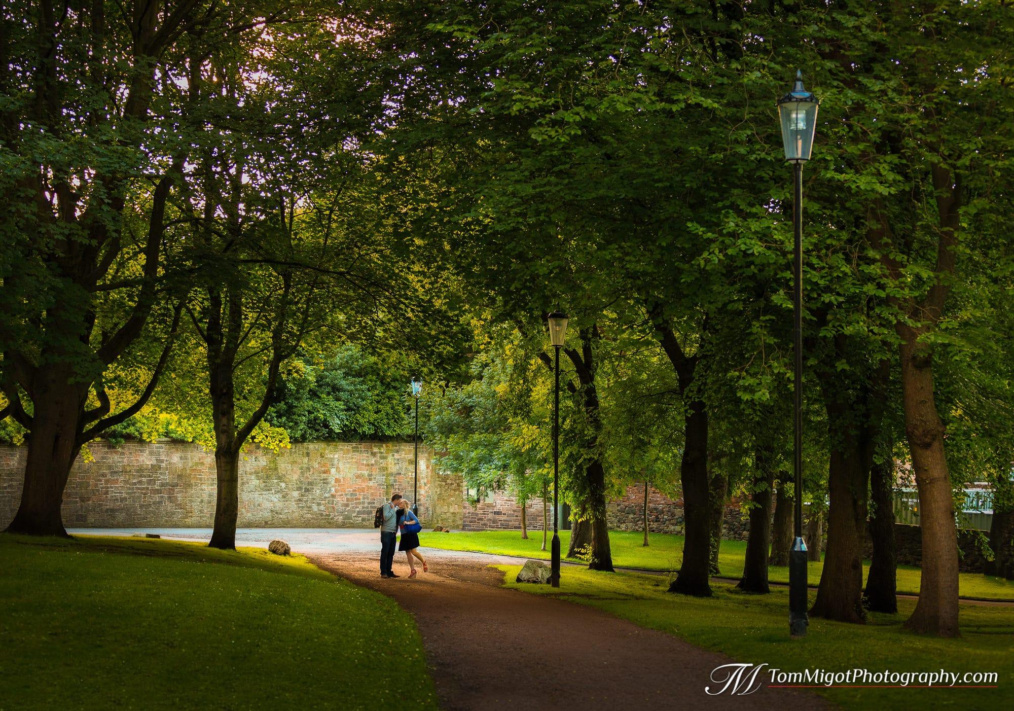 Couple qui s'embrasse durant une séance d'avant mariage dans le parc d'Holyrood à Edimbourg en Ecosse