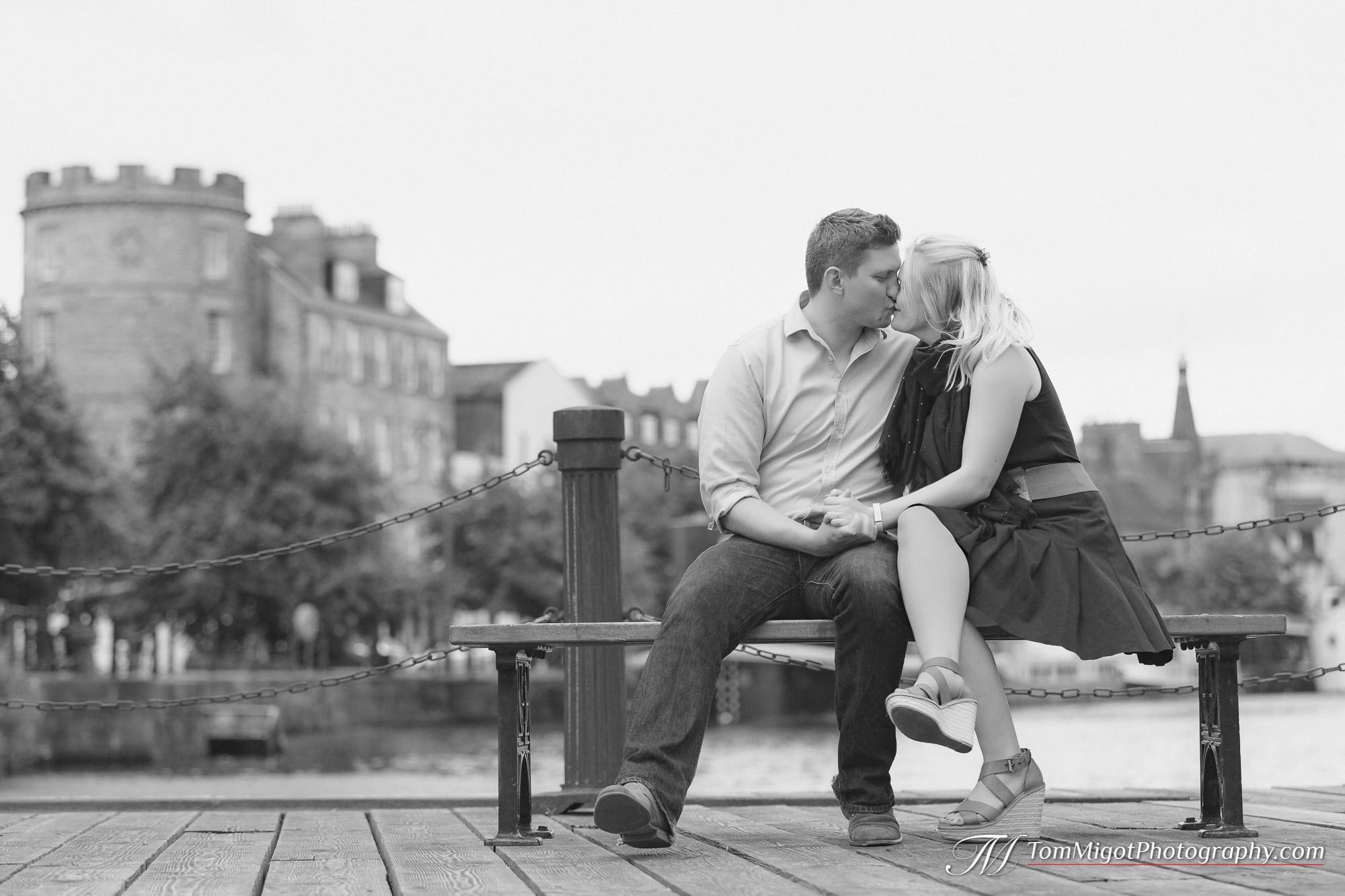 Couple qui s'embrasse durant une séance d'avant mariage dans Leith près d'Edimbourg en Ecosse