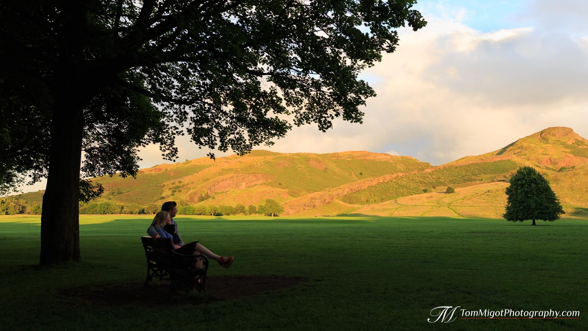 Couple sur un banc durant une séance d'avant mariage dans le parc d'Holyrood à Edimbourg en Ecosse